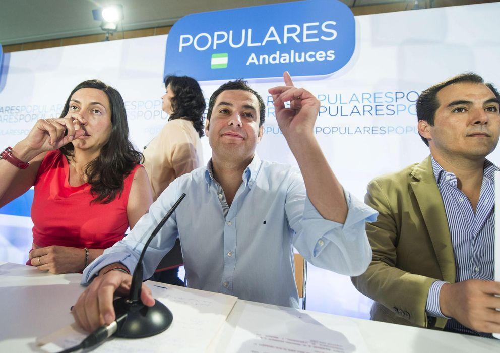 Foto: Loles López (izq.) junto a Juan Manuel Moreno. (Efe)