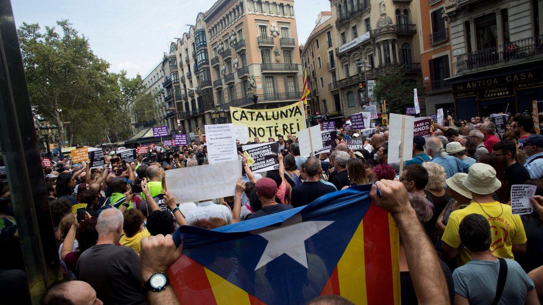 Foto: Marcha de los CDR por las víctimas del atentado y protesta por la presencia del Rey. (EFE)