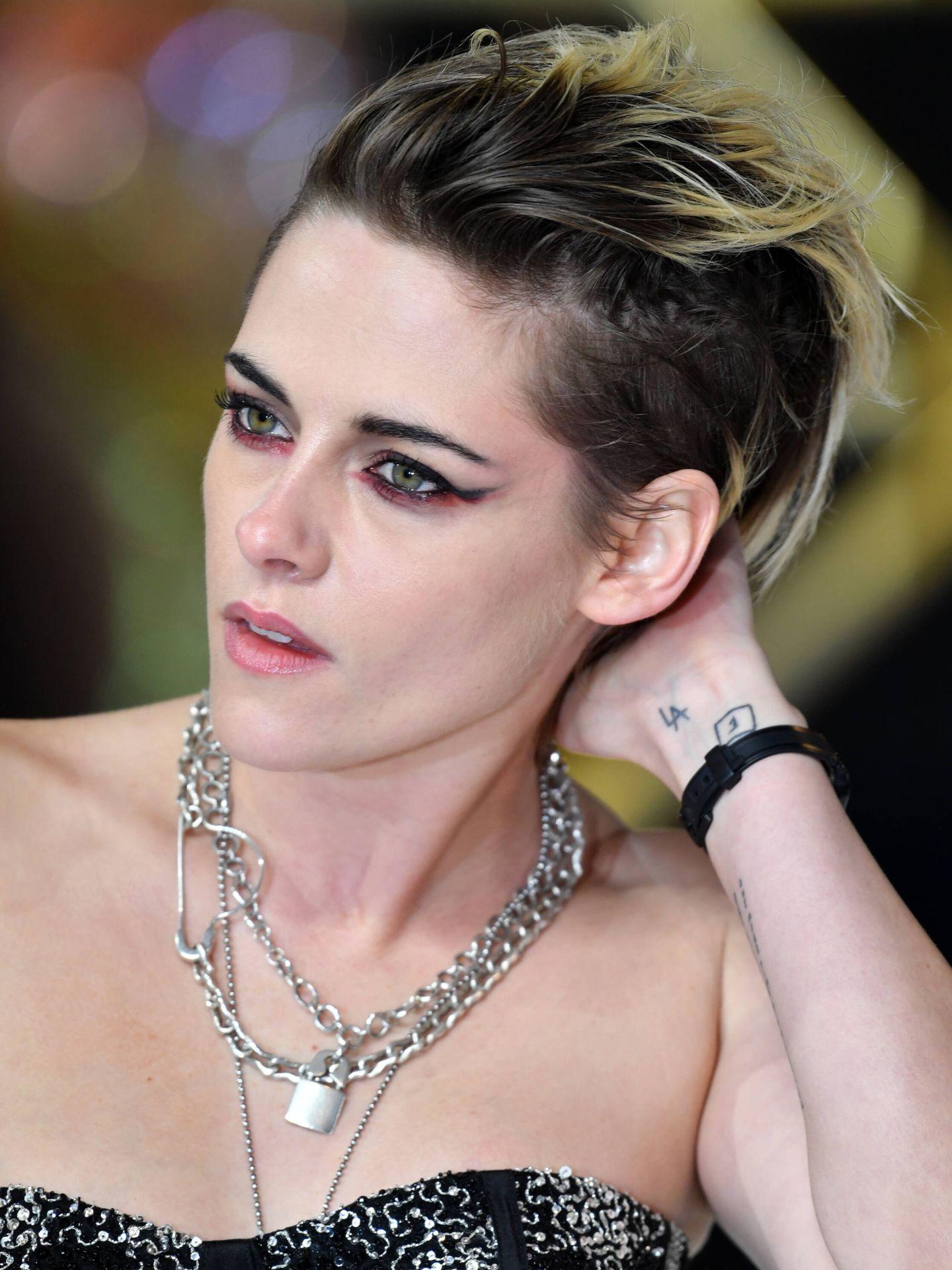 La anterior coloración de Kristen Stewart mantenía una raíz muy oscura y dejaba mechas platino irregulares, salteando algunos mechones. (Getty)