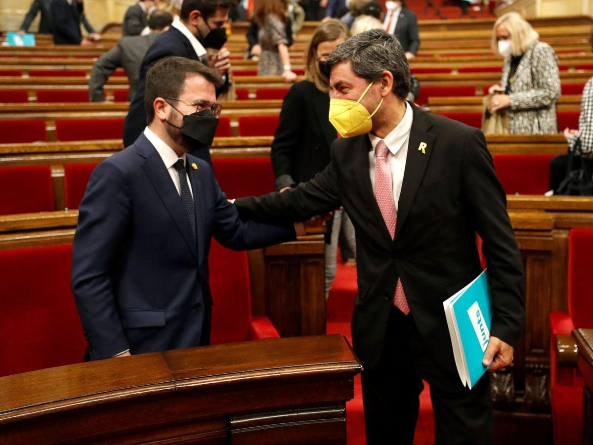 Foto: El candidato de ERC a la presidencia de la Generalitat, Pere Aragonès (i), conversa con el diputado de JxCAT Joan Canadell. (EFE)