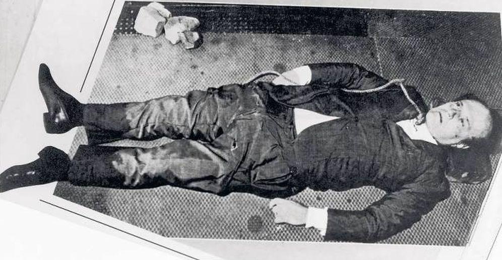 Foto: El cuerpo de Roberto Calvi minutos después de que fuese encontrado colgando en el puente de Blackfriars en Londres.
