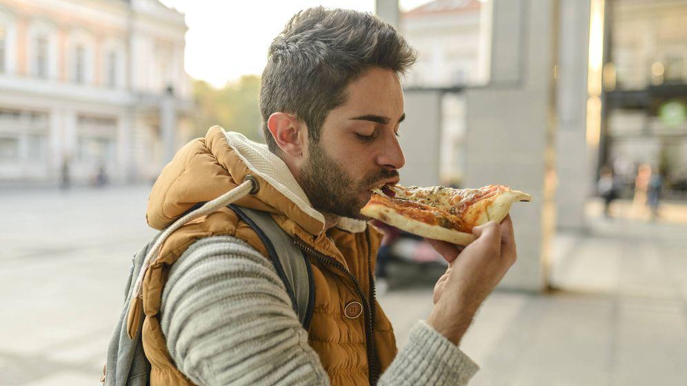 Foto: Comer andando o de pie puede provocar atragantamiento. (iStock)