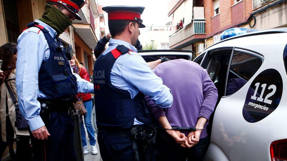 Foto: Al menos dos detenidos por la desaparición de una mujer en Cornellà (Efe)