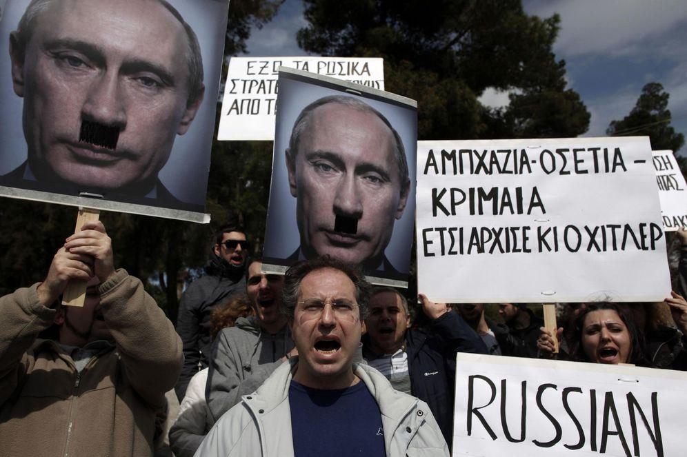 Foto: Manifestantes griegos protestan frente a la Embajada rusa en Atenas por la intervención rusa en Ucrania, en marzo de 2014. (Reuters)