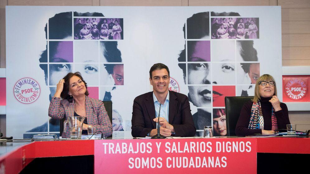 Foto: En el centro de la imagen, Pedro Sánchez, durante la reunión del Consejo Asesor para las Políticas de Igualdad del PSOE de la semana pasada. (EFE)