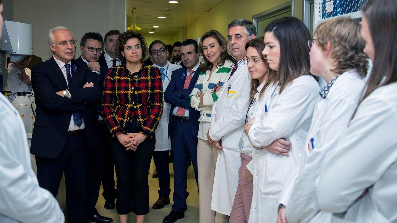 Dolors Montserrat en el centro, en una visita al hospital San Pedro de Logroño. (EFE)
