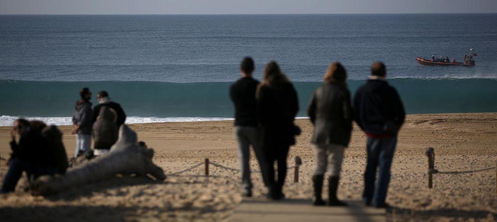 Foto: Familiares de los universitarios fallecidos siguen las labores de búsqueda en la playa de Meco. (Reuters)
