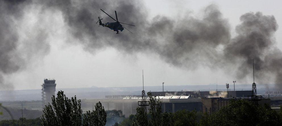 Foto: Un helicóptero ucraniano MI-24 dispara contra los rebeldes atrincherados en el aeropuerto de Donétsk. (Reuters)
