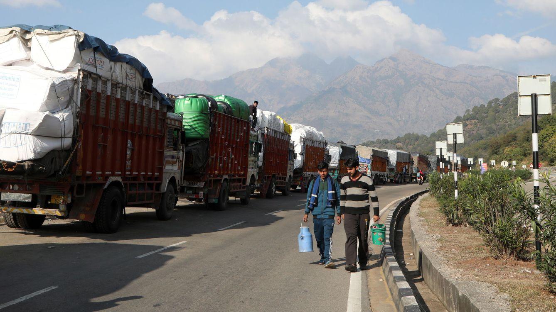 Mueren 15 personas al ser arrolladas cuando dormían en una carretera de India