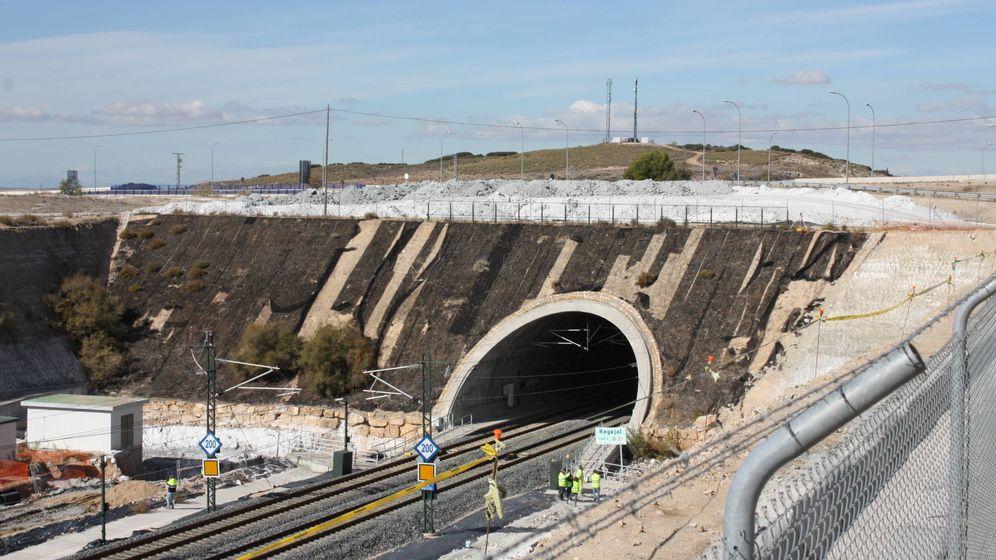 Foto: Trabajos en el túnel del Regajal. (R. M.)