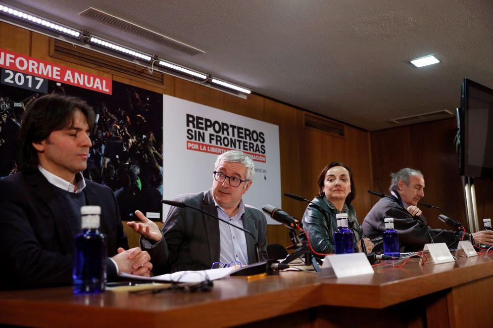 Foto: El editor turco Mehmet Siginir y el presidente de Reporteros Sin Fronteras, Alfonso Armada, durante la presentación del Informe 2017 de RSF. (EFE)