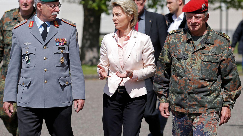 La ministra de Defensa alemana Ursula con altos mandos militares durante una visita a la base Leclerc, una instalación conjunta francoalemana cerca de Estrasburgo. (Reuters)