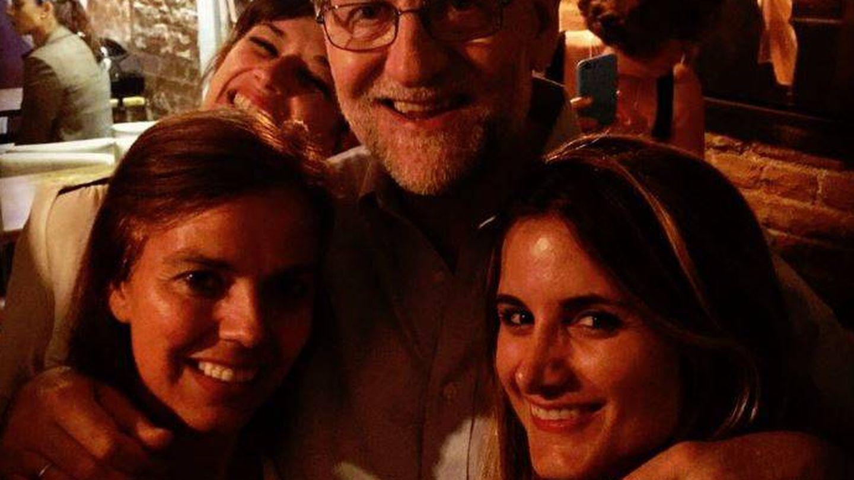 Rajoy junto a dos jóvenes (Facebook)