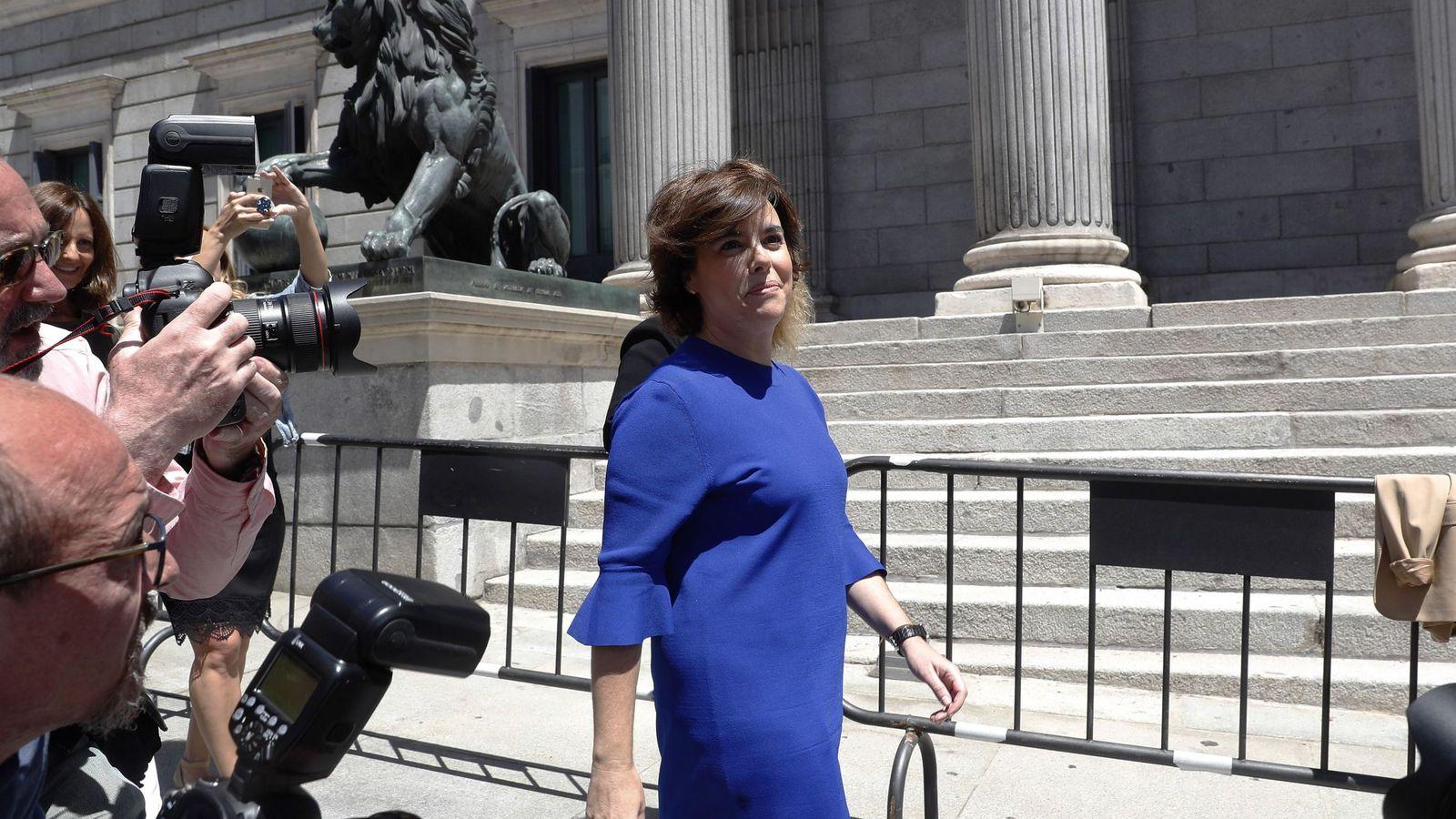 Foto: Soraya Sáenz de Cantamaría al presentar su candidatura en la puerta del Congreso. (EFE)