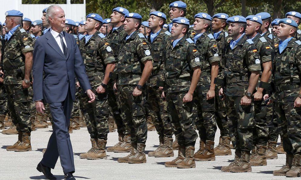 Foto: El ministro de Defensa, Pedro Morenés, durante una visita a las tropas españolas desplegadas en la base Miguel de Cervantes de Marjayoun, Líbano. (EFE)