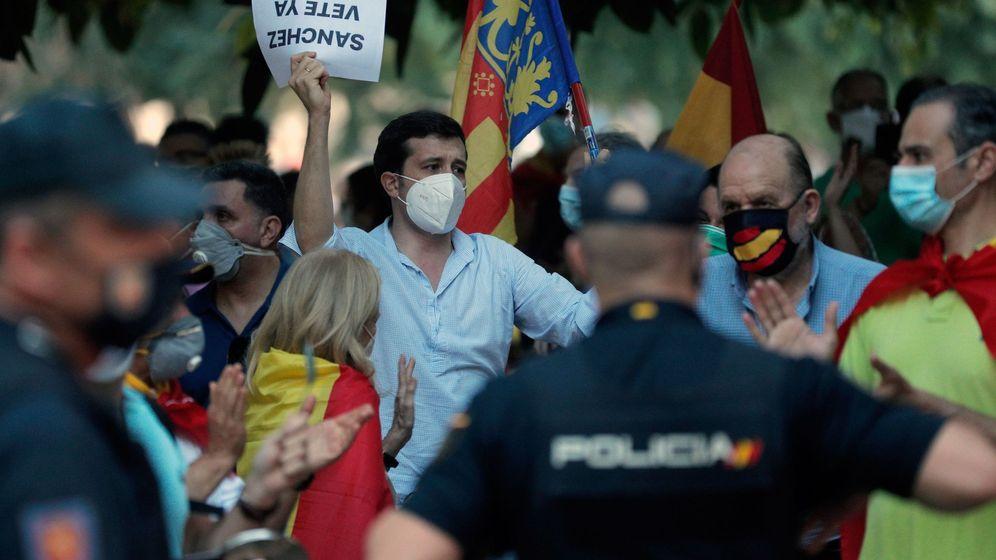Foto: Cientos de personas se han concentrado en la Alameda de Valencia para protestar contra la gestión del Gobierno. (EFE)