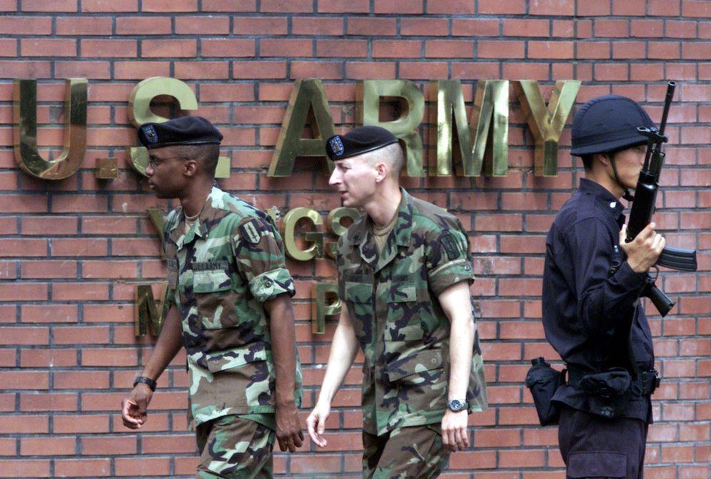 Foto: Un policía surcoreano guarda la entrada de la base de Yongsan, que hasta ahora alojaba los cuarteles de las tropas estadounidenses en Corea del Sur. (Reuters)