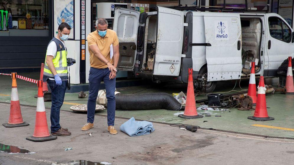 Foto: Un policía en la gasolinera tras la explosión. (EFE)