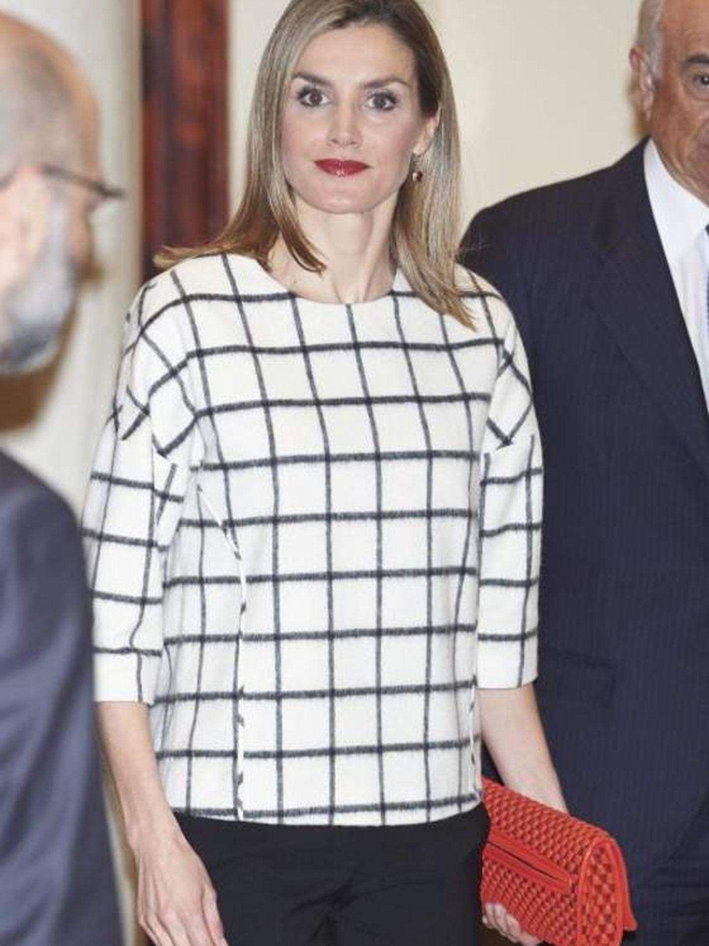La Reina, con uno de los bolsos estrella de Valls Taberner. (Cordon Press)