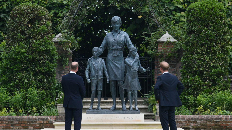Guillermo y Harry, desvelando la estatua de su madre. (Reuters)