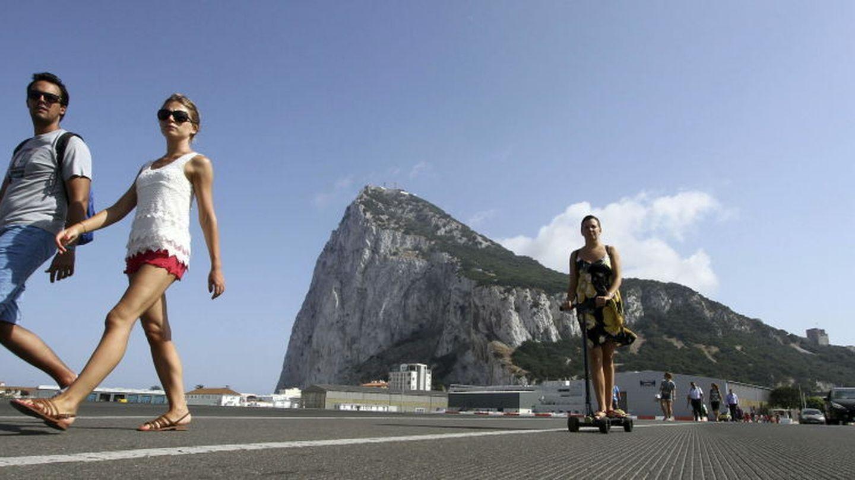 Un grupo de turistas atraviesan la frontera con Gibraltar. (efe)