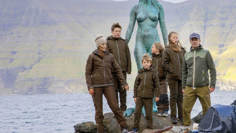 La familia real danesa, posando junto a la famosa estatua. (Cordon Press)