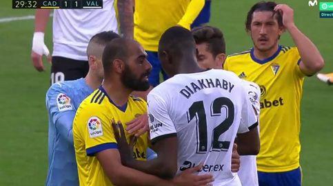 El Valencia abandona el Carranza tras un presunto insulto racista de Cala a Diakhaby