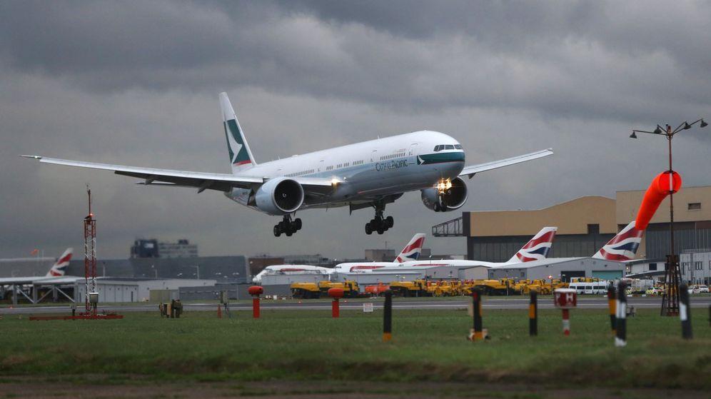 Foto: Un avión aterriza en una de las pistas de Heathrow. (EFE)