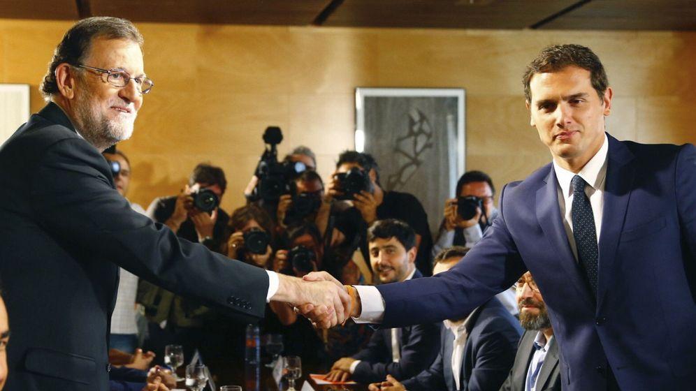 Foto: Mariano Rajoy y Albert Rivera se estrechan la mano antes de reunirse con sus equipos negociadores. (EFE)