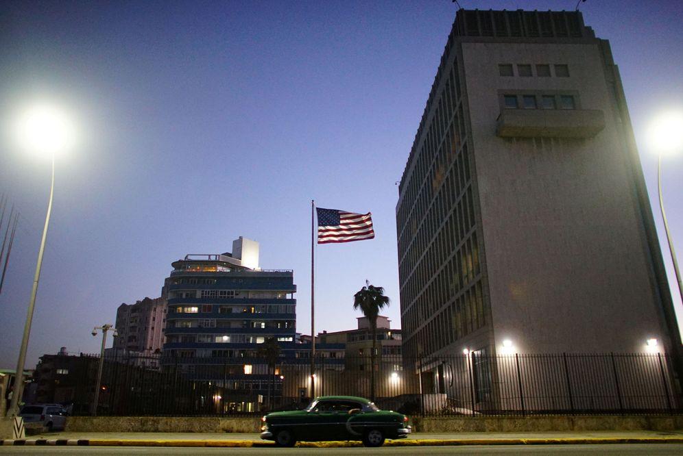 Foto: Un coche antiguo pasa delante de la Embajada de EEUU en La Habana, en enero de 2017. (Reuters)