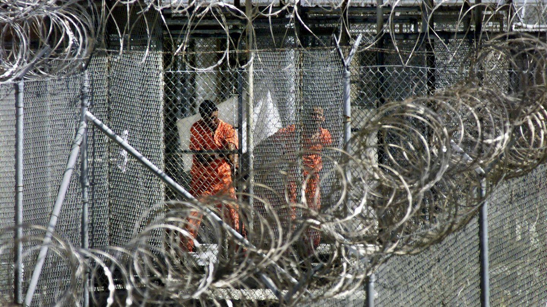 Varios presos supuestamente relacionados con Al Qaeda, en Guantánamo.