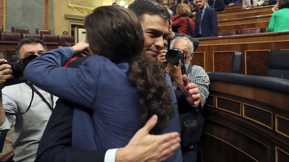 Foto: El secretario general del PSOE Pedro Sánchez, saluda al líder de Podemos Pablo Iglesias, tras la moción de censura. (EFE)