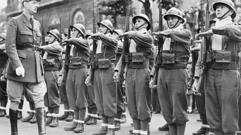 Foto: De Gaulle pasando lista a las tropas francesas en julio de 1940. (Bettmann/Corbis)