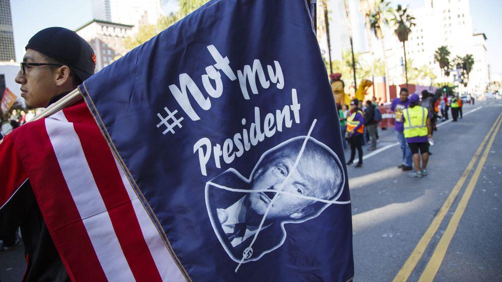 Foto: Un manifestante anti-Trump porta una bandera donde se compara al presidente de EEUU con Adolf Hitler. (EFE)