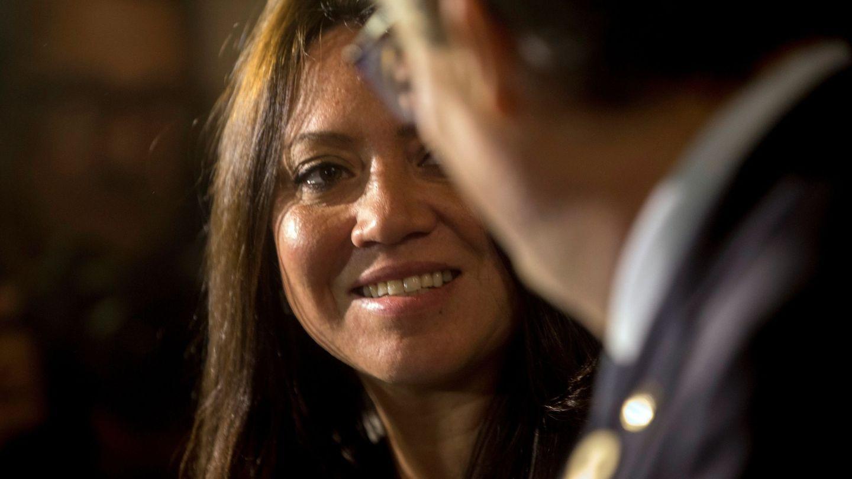 Marcela Topor conversa con Quim Torra. (Efe)
