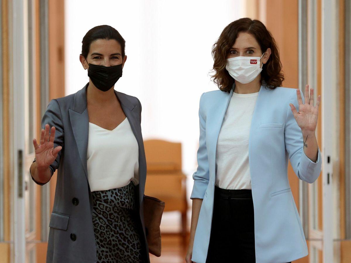 Foto: La presidenta de la Comunidad de Madrid, Isabel Díaz Ayuso (d), se reúne con la portavoz de Vox, Rocío Monasterio (i). (EFE)