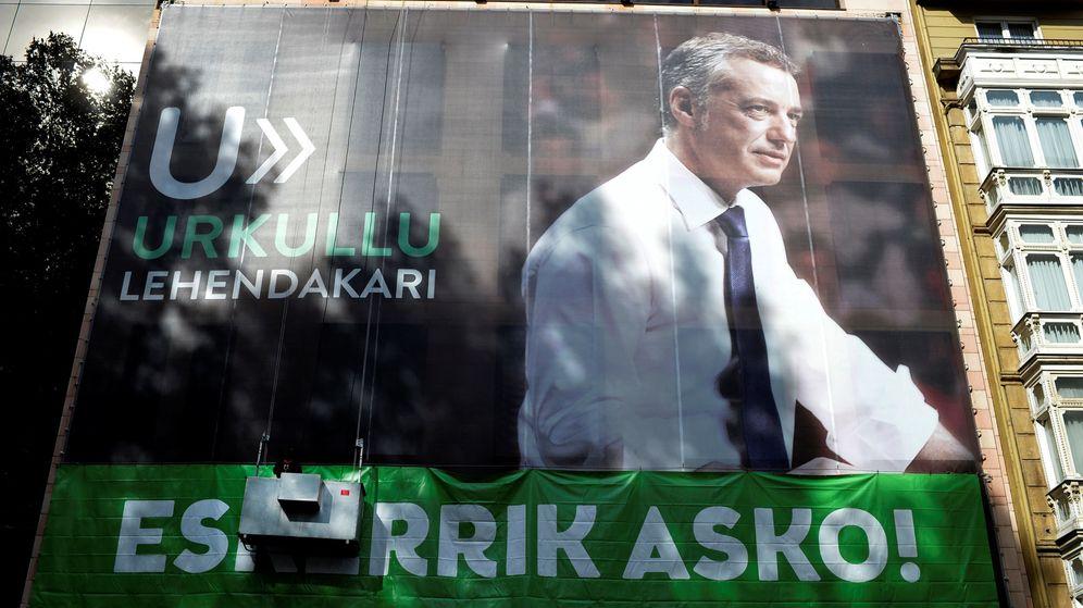 Foto: Cartel de Iñigo Urkullu durante las elecciones. (Reuters)