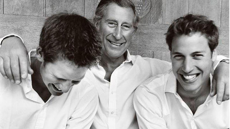 El príncipe Carlos y sus hijos, los príncipes Harry y Guillermo, retratados por Mario Testino. (Instagram)