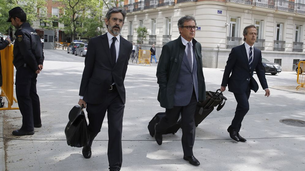 Foto: Jordi Pujol Ferrusola (c), el primogénito del expresidente catalán, antes de comparecer ante la AN en abril. (EFE)