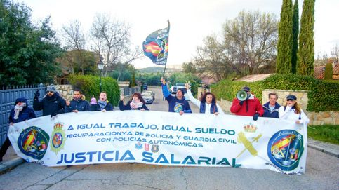Miembros de Jusapol protestan frente al chalé de Pablo Iglesias e Irene Montero