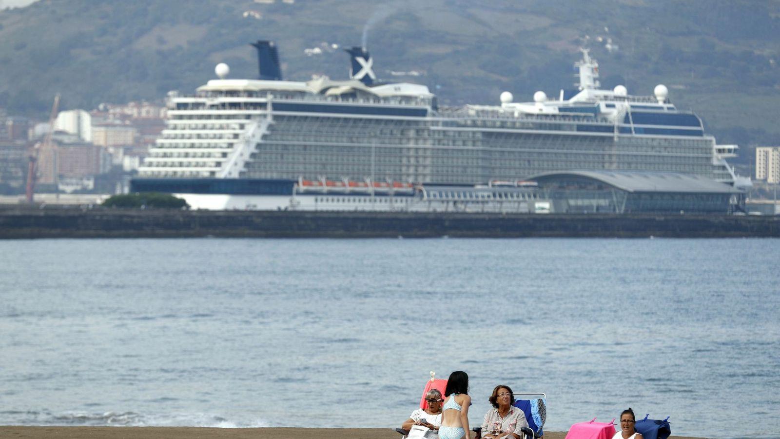 Foto: Turistas toman el sol en la playa de Ereaga, Getxo (Efe)