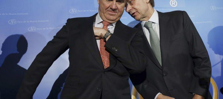 Foto: El ministro de Economía, Luis de Guindos (i) y el presidente de Bankia, José Ignacio Goirigolzarri (EFE)