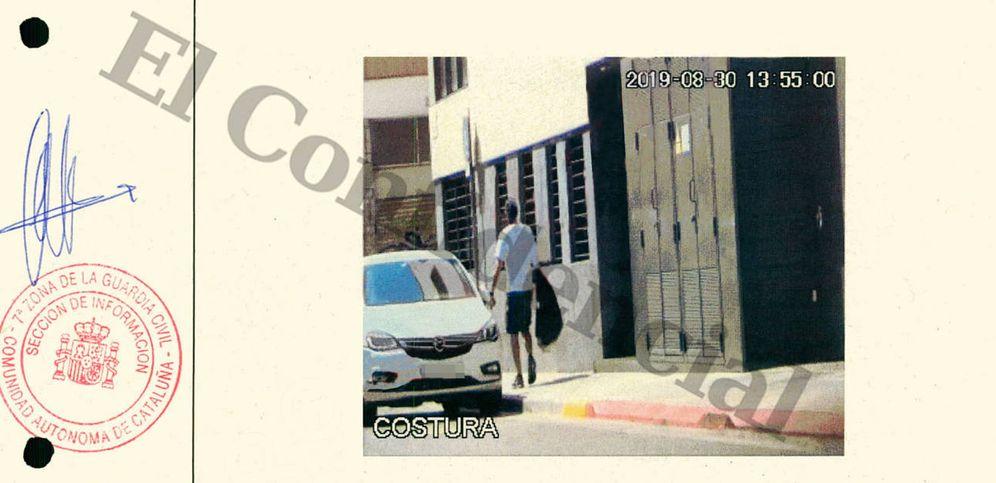 Foto: Imagen de la salida de Jordi Ros Sola de su domicilio en Sabadell.