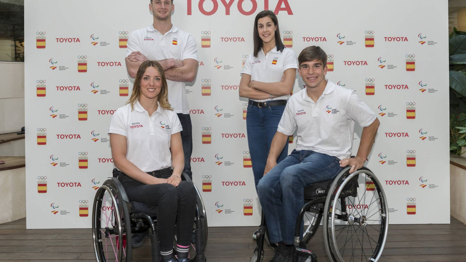 Foto: El equipo Toyota España al completo, Eva Moral y Martín de la Puente junto a  Niko Shera y Carolina Marín.