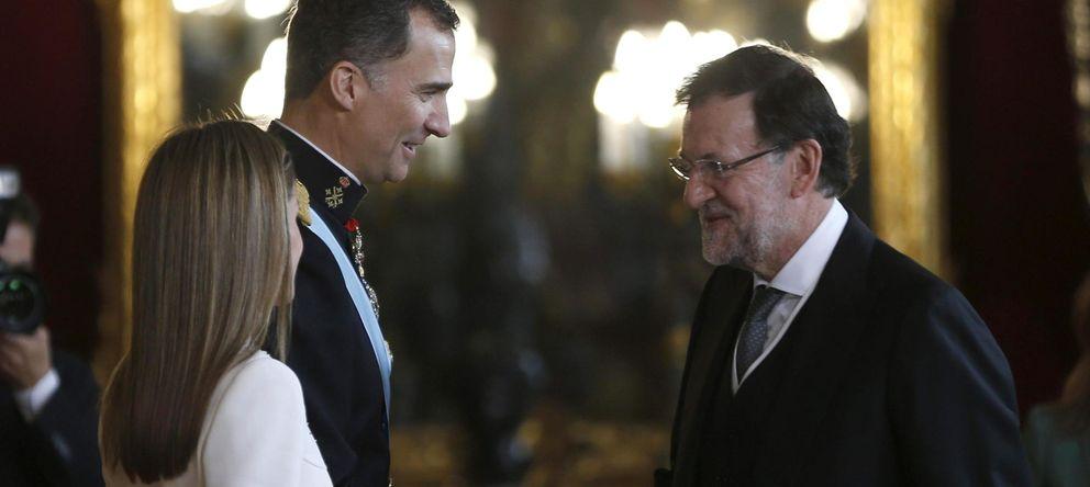 Foto: Los reyes Felipe VI y Letizia saludan al presidente del Gobierno, Mariano Rajoy, en la recepción. (EFE)