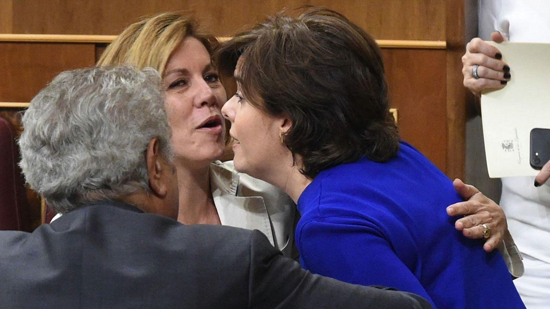 Soraya Sáenz de Santamaría y María Dolores de Cospedal se saludan durante el pleno del Congreso. (EFE)