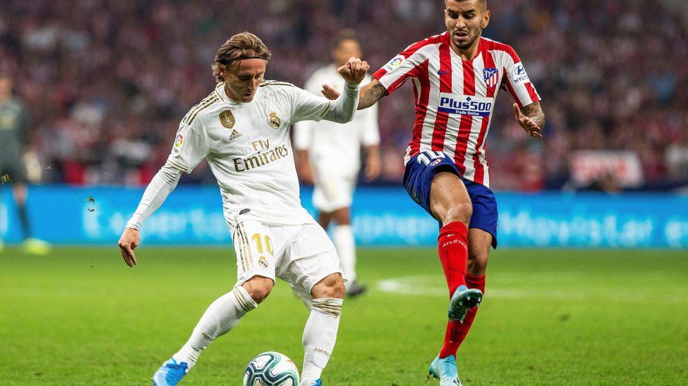 Foto: Luka Modric trata de zafarse de Ángel Correa. (EFE)