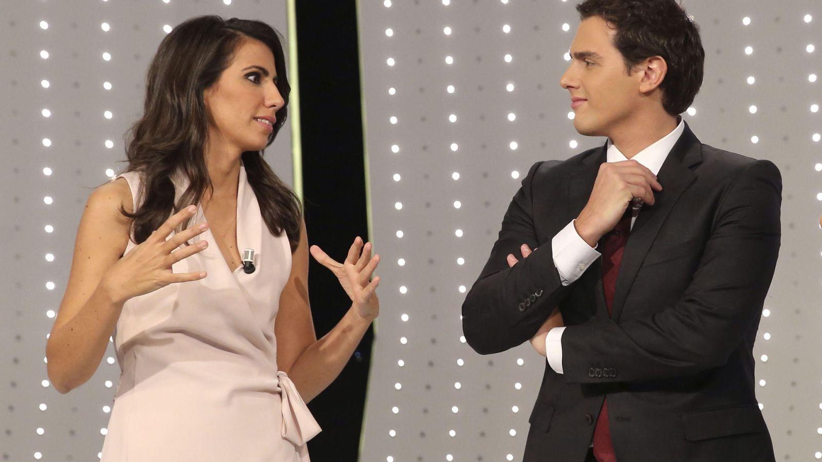 Foto: Ana Pastor y Albert Rivera, minutos antes del comienzo del debate en Atresmedia, este 7 de diciembre. (EFE)