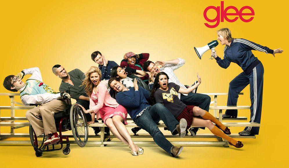 Foto: Cartel de 'Glee', una de las series criticadas por el autor