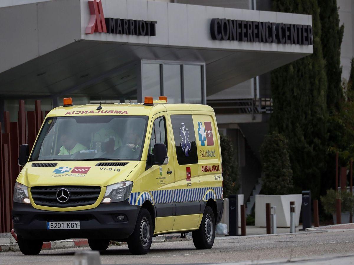 Foto: Una ambulancia a las puertas de uno de los hoteles medicalizados, el Hotel Marriot de Madrid (EFE)